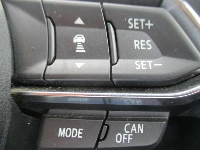 マツダレーダークルーズコントロール(MRCC)機能付き 高速走行時等の補助をしてくれるのに加え、先行車との車間距離を保つように車速をコントロールし、追従走行します