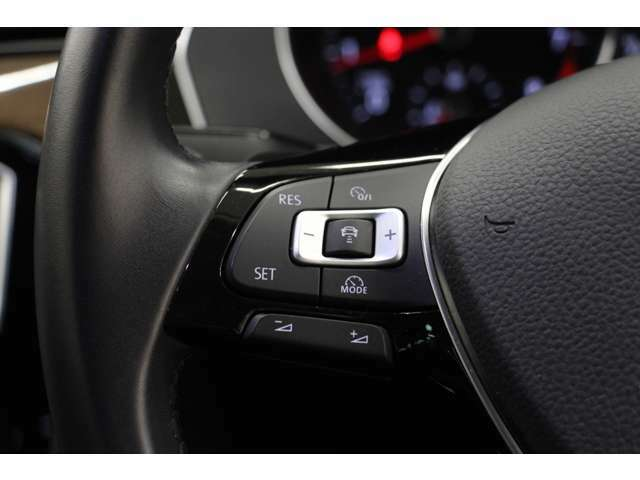 ステアリング左側のスイッチは、追従型クルーズコントロール(ACC)と、オーディオの音量調節操作スイッチです。