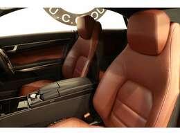 綺麗な状態が維持されたベンガルレッドレザーシートを設定!メモリー機能付きパワーシート、前席シートヒーター、マルチコントロールシートバックなど多機能設計でカーライフをサポート致します!