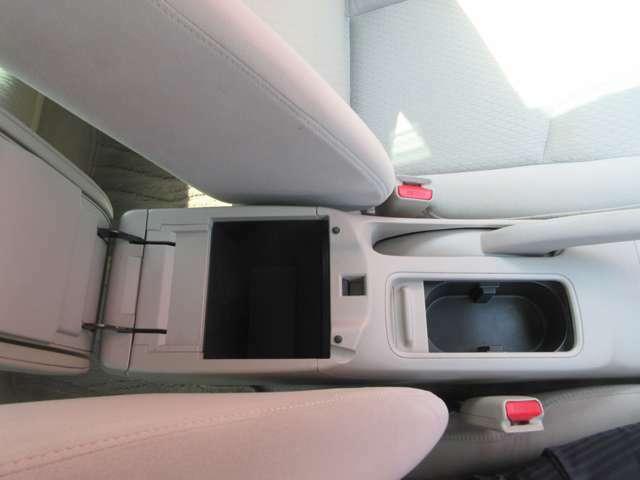 運転席の横にはドリンクホルダーと収納スペースがございますのでご利用いただけます。
