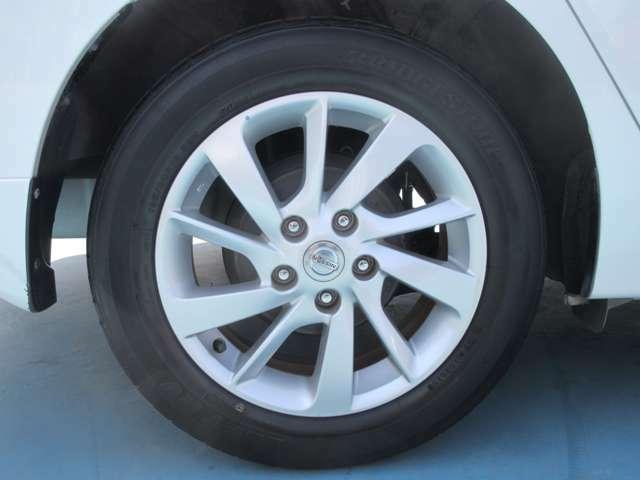 タイヤは純正ホイールキャップを使用しています。タイヤ交換などもお申し付けください。