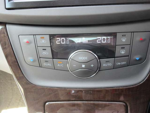 オートエアコンを装備しています。簡単操作で車内の温度調節ができるのでより快適にお過ごしいただけます。
