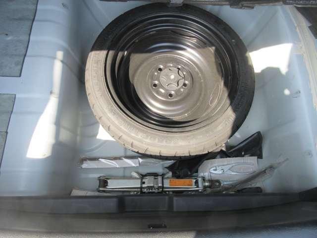 緊急時などでお使いいただける車載工具とスペアタイヤが装備されています。