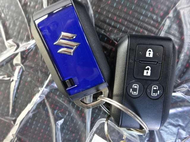 【キーレスオペレーションキー付】ポケットやカバンに入れておいても、ドアノブに触れるだけでドアが解錠し、ブレーキを踏んで、ボタンを押すだけでエンジンがかかります。
