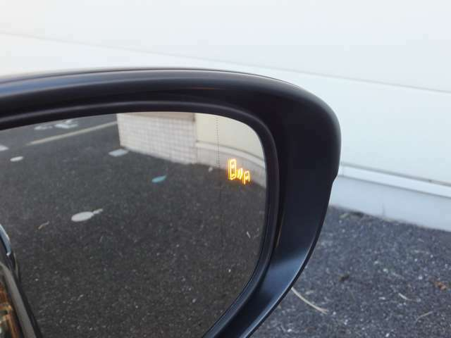 メーカーオプション設定【ブラインドスポットモニター】ドアミラーでは確認しにくい後側方エリアから接近してくる車両を検知し、ドアミラー内のインジケーターが点滅し、注意喚起します。