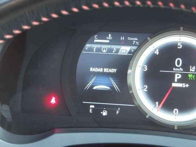 【レーダークルーズコントロール】ミリ波レーダーセンサーからの情報によって先行車を認識。設定車速内で適切な車間距離を保ちながら追従走行します。