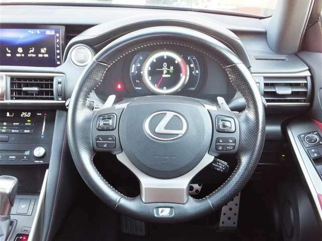【レーンディパーチャーアラート(LDA)】ドライバーがウインカー操作を行わずに車線を逸脱する可能性がある場合、ステアリング振動もしくは警報ブザー、さらにディスプレイ表示により注意喚起します