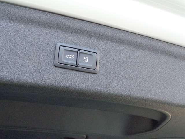 パワーバックドア装着車ですのでスイッチ一つで開閉可能です。