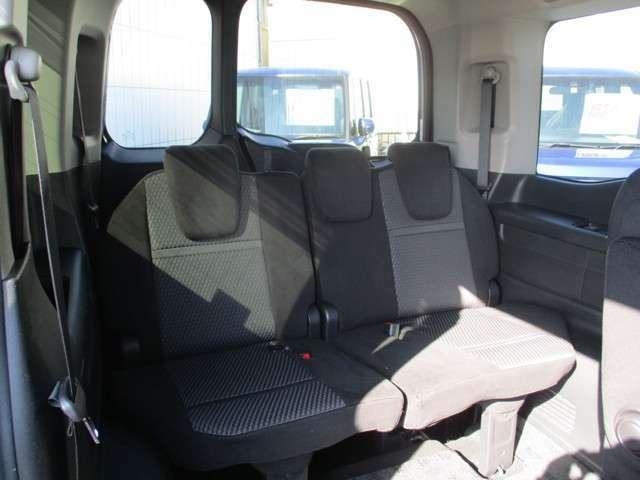 3列目シートは床下格納機構の採用で、フラットで使いやすいラゲッジスペースを実現!また、シート乗車時には大人が座れるゆとりを確保。ラゲッジスペースでも座席でも、しっかりと使えるマルチフレックスゾーン!