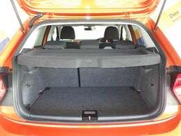 POLOの荷室は小さく見えますが深さが2段階で調整でき十分な広さが確保できます。