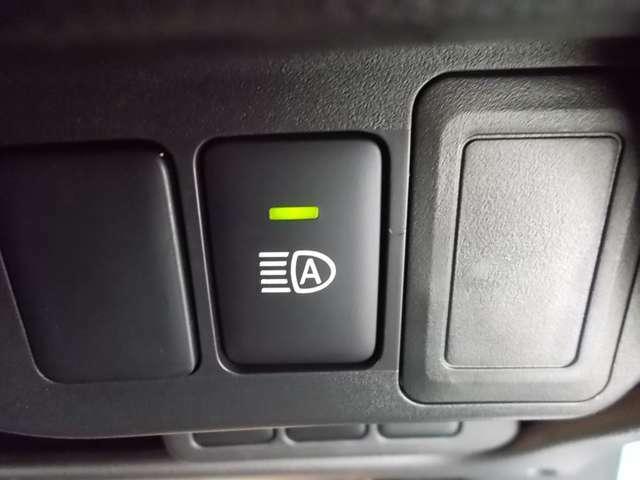 ハイビームとロービームを自動で切り替えてくれるハイビームアシスト装備!先行車や対向車のライトや道路周辺の明るさを検知し、ハイビームでの走行頻度を高めて、安全運転をサポートします!