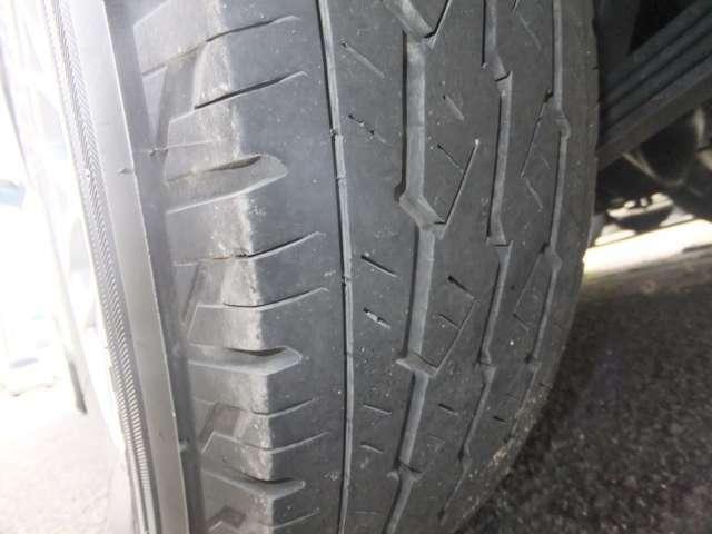 タイヤの溝もまだまだあります。新品タイヤの交換も承ります。