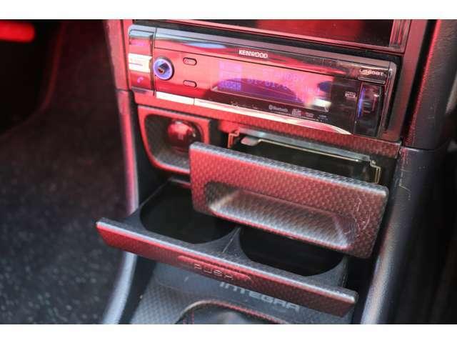 オーディオはUSB入力端子がついており、スマートフォンから音楽を流せて非常に便利です!