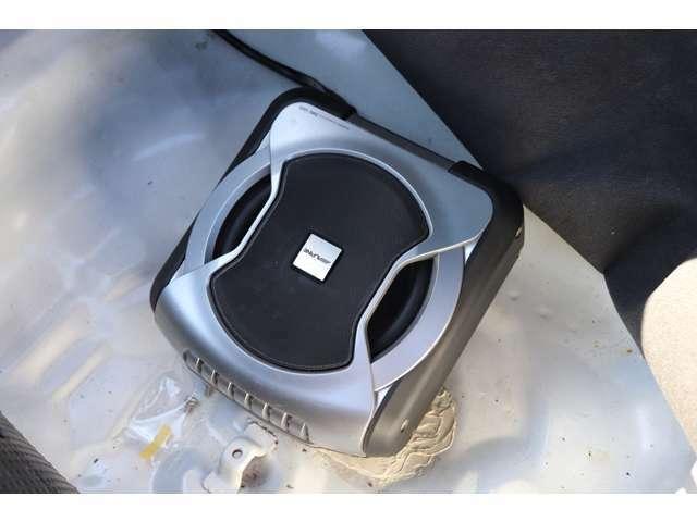 リアのトランク床面にはスピーカーもついており、運転席のリモコンから音を調節できるようになっております!