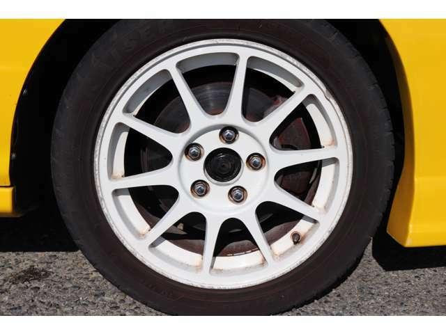 ホイールは前後共に16インチの社外ホイールがついており、タイヤはケンダカイザーの205/50R16の4本通しとなっております!