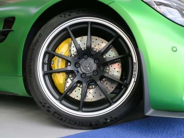 AMGマットブラック鍛造アルミホイール フロント19インチ 275/35-19 リア20インチ 325/30-20 MICHELIN PilotSport Cup2 が装備です。