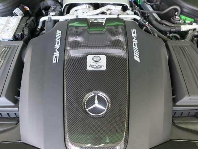 エンジンスペック⇒排気量4000CC V型8気筒 MAXパワー585馬力 MAXトルク700Nm 0-100Km/h加速3.6S 日本導入23台 世界限定750台。