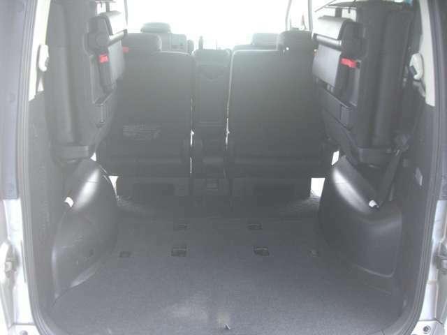 三列目のシートを畳むと高さのある荷物も積めます