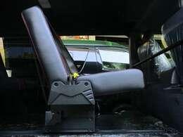 リアタイヤハウスをロングスライドでクリアする為、シート座面は若干高めに設定されております。