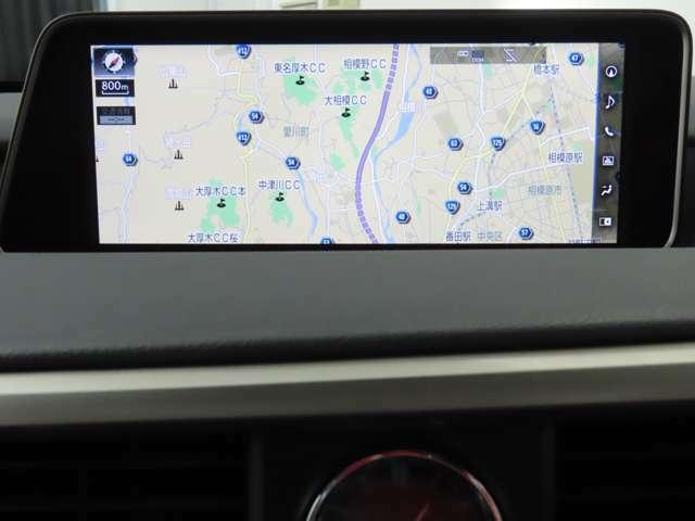 【ナビ】地図画面などをフルスクリーンで表示できるナビゲーションシステム。より精度の高いルート探索や渋滞回避ルートの案内など、快適な運転を支援する情報の入手が可能となります。