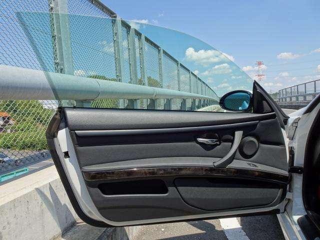 助手席ドア、傷や汚れもなくパワーウィンドウも問題なく動作します。