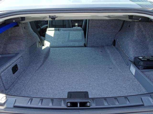 トランクの開口部も広く、リアシートを前に倒すことで大きめの荷物の積み込みが出来レジャーや買い物なども問題なくお使いいただけます。