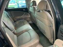 後部座席は使用されていた形跡もなく、より綺麗な状態を保っています。