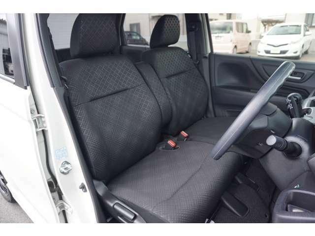 ロングドライブでもラクラク フロントシートはアームレスト付きです。