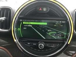 センターディスプレイのLEDリングは色を自在に選択可能。またドライバーの操作に対して様々な反応を見せる遊び心くすぐるギミックです。