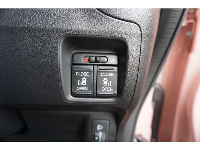 両側電動スライドドア!電動スライドすることで小さいお子様やご年配のかたも簡単にスライドドアが開閉でき、タクシー感覚で乗降時にお楽しみいただけます♪電動機能はOFFにもできます。