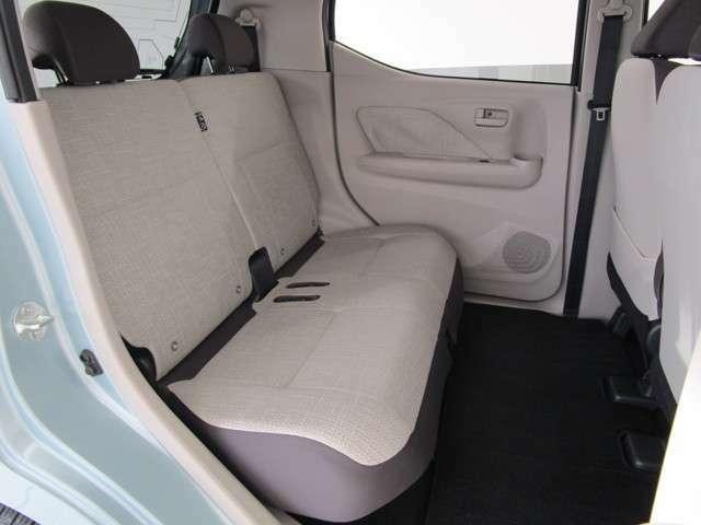 後席の足元広さがゆったり。フラットな床面もポイントです!是非展示車での体感を!