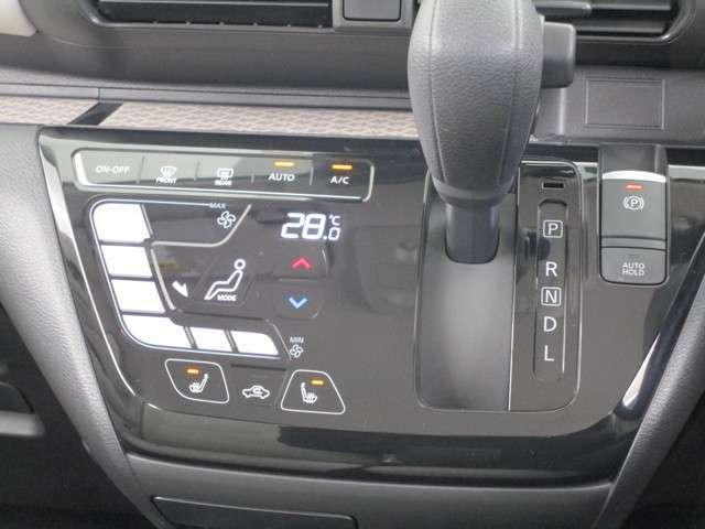 インパネCVTシフトレバーです。操作が簡単なタッチパネル式オートエアコンです。1年と通して快適な車内で過ごせます。