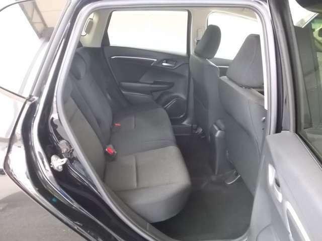 エンジンルームのコンパクト化や、前席の背もたれの形状を工夫することで、広い荷室を持ちながら十分な足元空間を確保。ドライブが快適に楽しめます。