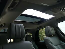 オプションのスライディングガラスルーフ。この装備があるだけで室内の解放感が上がり素敵なドライブを存分にお楽しみいただけます。