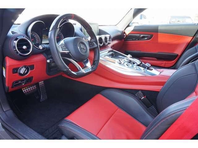 内装シート座面、ダッシュボード下廻りをレッドレザーに張替え AMGパラメーターステアリング 舵角に応じてギア比を変化させることにより、回転数を減少させてダイレクトステアリングを採用。