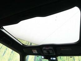 【ガラスルーフ】屋根の一部がガラスになっていて、オープンできる機能!長時間運転で疲れちゃってもこの開放感♪