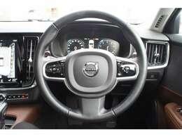 ハンドルの左側のボタンでアダプティブクルーズコントロールを操作。簡単操作で前車に追従します。渋滞や高速をアンガス時に非常に便利な機能ですよ!