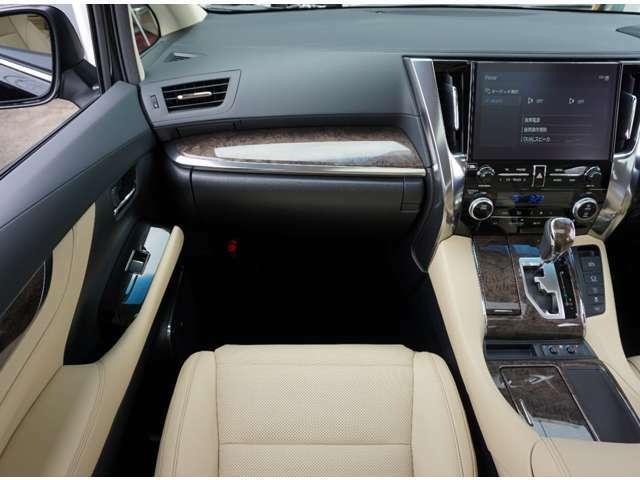 助手席にもメモリー付きフルパワーシート&シートヒーター・クーラー装備。 オットマンも装備しております。