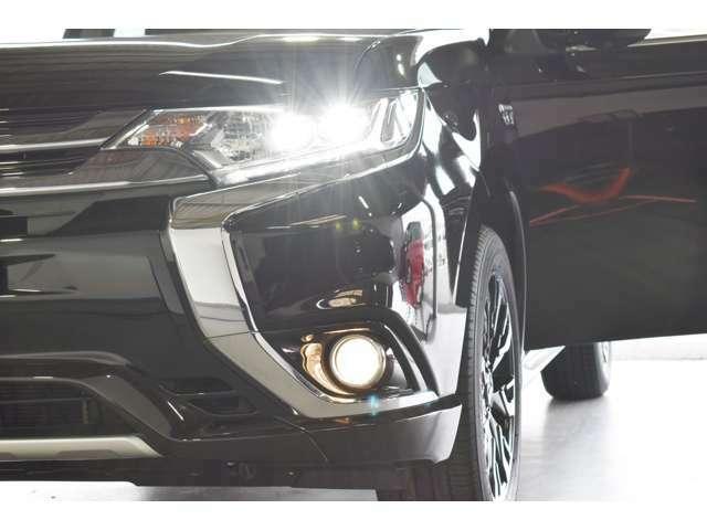 LEDヘッドライト&ポジションランプ+フォグランプ/ウィンカー内蔵(LED)電動格納&復帰ドアミラー(ドアロック連動)/トンネルや夜間走行時に便利なオートライトコントロール(自動点灯・消灯)機能