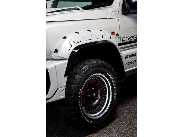 アグレッシブ&スポーティなテイストにデザインされたROWENのオーバーフェンダーはジムニーシエラの雰囲気を更に異次元のカスタムコンプリートカーの領域に昇華させています。