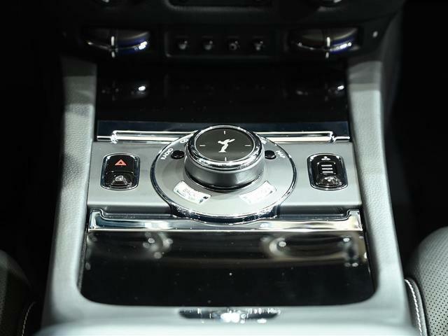車高調整スイッチ、またセンターコンソールのダイヤルにて、各オーディオやナビゲーションの操作が可能です