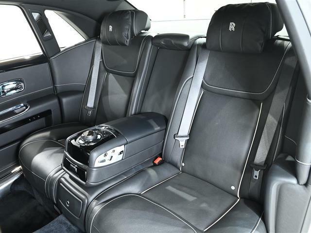 後席「インディビデュアルシート」左右独立型で位置調整が可能です