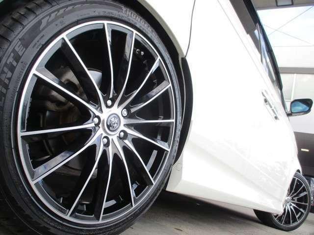当店オリジナルカスタム!タイヤ&ホイールは新品20インチへ交換しております!ローダウン量は2~3cm程で、車検対応の車高となっております!タイヤ&ホイール、サスペンションは純正に戻すことも可能です!