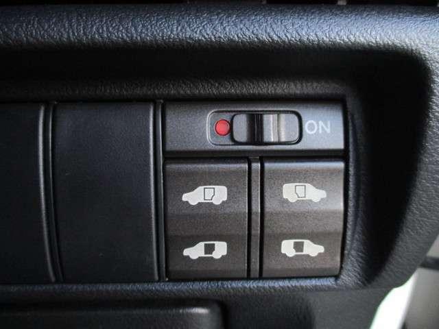 両側パワースライドドア付きになりますので、ドアの開閉が簡単になります!リモコンキーや写真のスイッチからも開閉できます!ミニバンならではの装備の一つです!