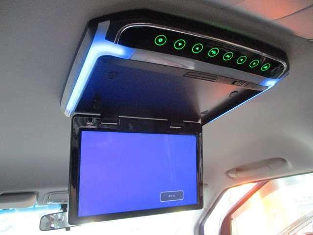 天井にはフリップダウンモニターが装着されておりますので、後席に乗車される方もテレビやDVDなどをお楽しみいただけます!お子様を後席に乗せる機会が多いお客様から、お問合せが多い装備の一つです!