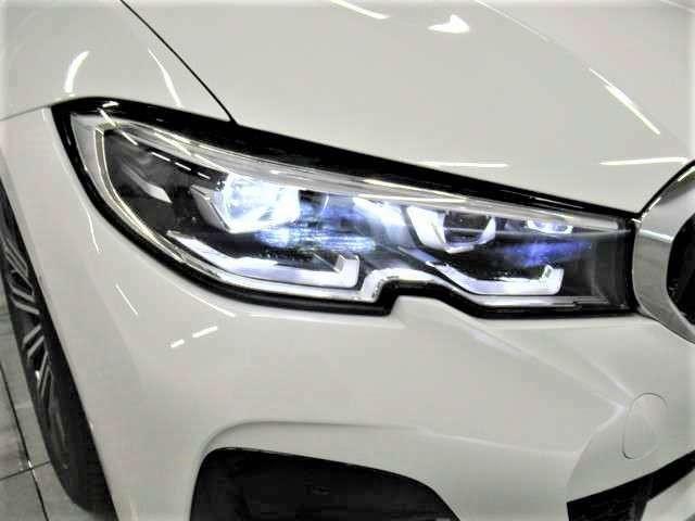 アダプティブ LED ヘッドライトは、ステアリングの動きに反応しヘッドライトの角度を自動制御することにより、暗い道でも路面の状況を素早く認識して優れたコーナリングとBMWならではの走る歓びを感じれます!