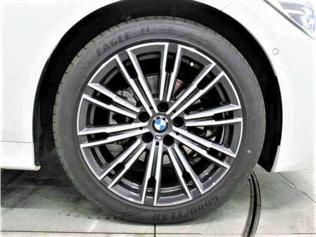 デザイン性の高い18インチのホイールはお車の高級感をより一層高めてくれます!