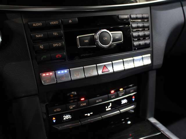 インパネ・スイッチ類も綺麗な状態が保たれております!レザーシートには欠かせないシートヒーターも、全席に装備されております!フロントはシートクーラーも装備です!