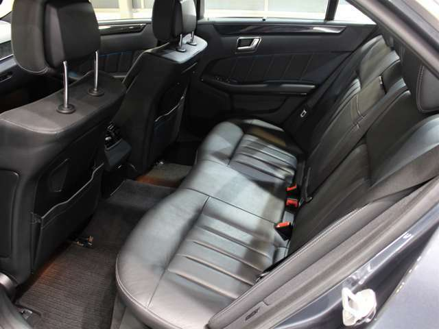 自社工場もございます!輸入車専用コンピュターも完備しております!アフターメンテナンスもお任せ下さい!車検・板金・ボディコーティング・スモーク等何でも行っております!後席もシートヒーター装備です!