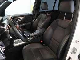 左ハンドル ブラックハーフレザーシートです。前席はシートヒーターが装備されています。